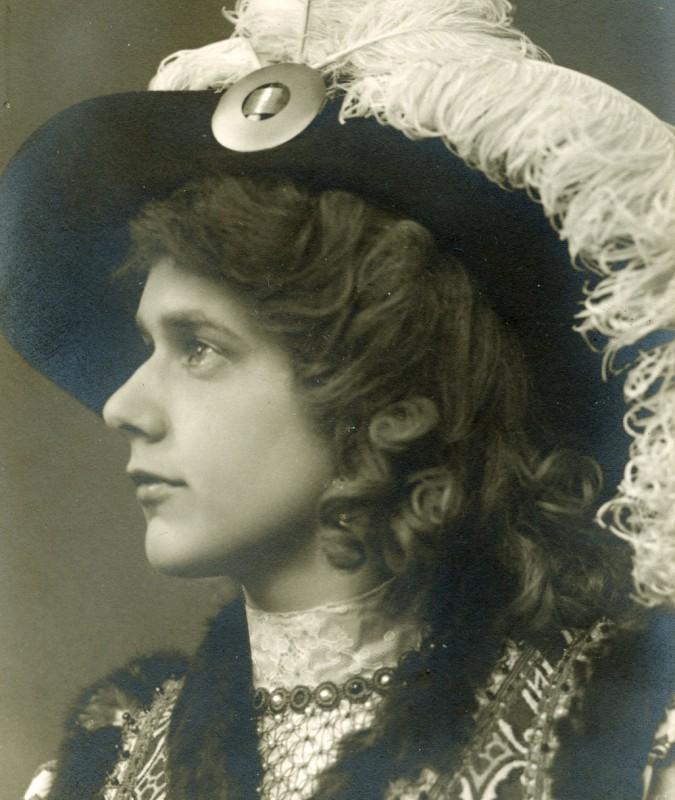 Der Knoop-Enkelin Gwendolen Steuer (geb Knoop, 1889 – 1975) wird eine Schauspielerinnenkarriere in Dresden und Leipzig nachgesagt. Sie sprach fließend Englisch und starb (nach ihrer Rückkehr aus Leipzig) in ihrem Alterswohnsitz Schillerstraße 31.  Foto: Sammlung Ute Häse