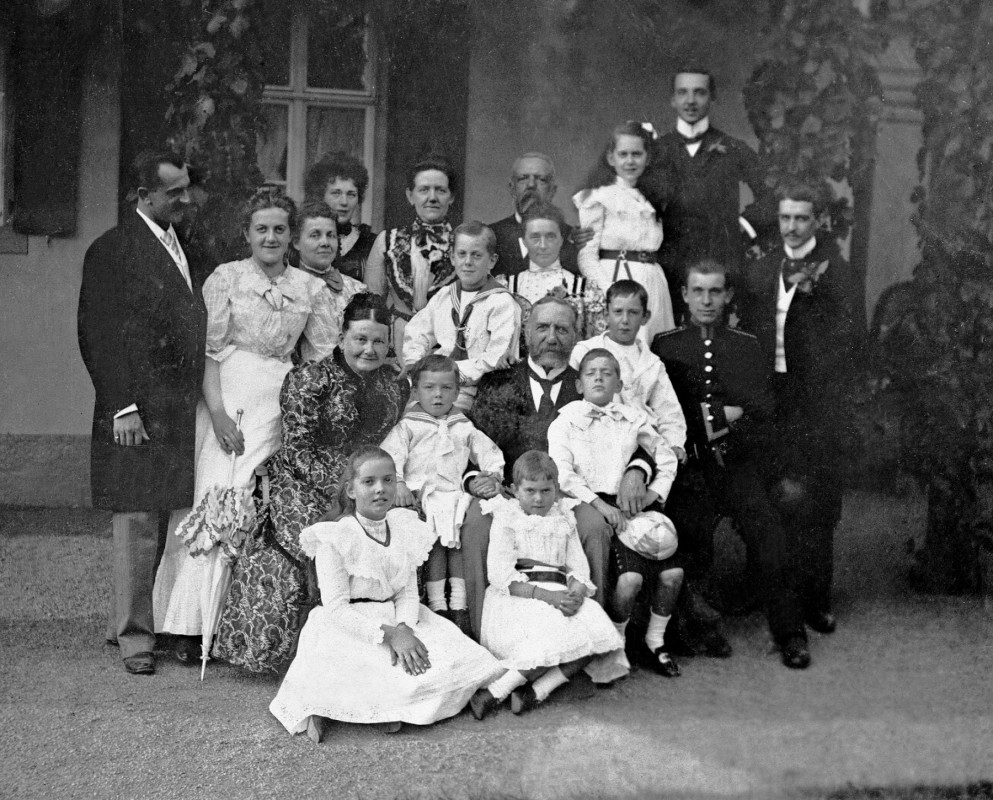 Knoops inmitten ihrer neun Enkelkinder und weiterer Familienmitglieder. Foto: Sammlung Ute Häse