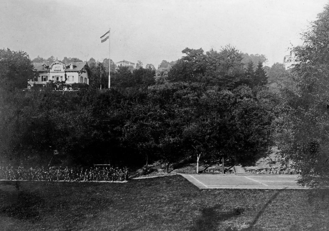 """Hans """"Bimini"""" an der heutigen Dostojewskistraße, unten rechts der damalige Tennisplatz nahe der Schevenstraße. Foto: Archiv Ute Häse"""