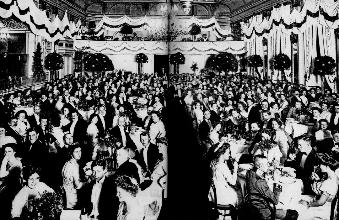 """Der 1859 erbaute Festsaal des """"Linckeschen Bades"""" war gerade groß genug, um die Gäste der Goldenen-Hochzeits-Feier von Madeleine und Wilhelm Knoop am 27. September 1910 aufzunehmen. Im gleichen Jahr wurde Konsul Knoop Vorsitzender des Aufsichtsrates der Dresdner Bank (die opulente Feier wurde somit standesgemäß ausgerichtet, bei näherem Hinsehen scheint das Durchschnittsalter der Festgäste relativ niedrig gewesen zu sein).  Foto: Archiv Sächsische Landes- und Universitätsbibliothek"""