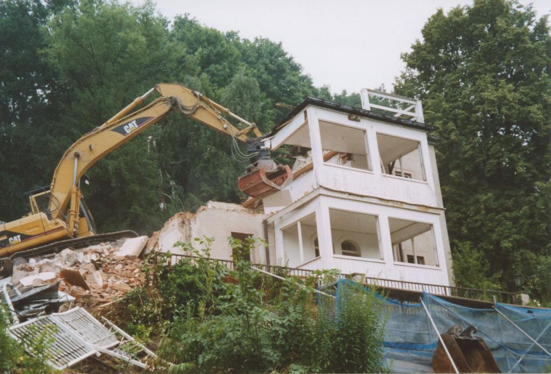 """Der Abbruch der """"Villa Jenny"""" (nach 2002) gefährdete zeitweise auch den Verkehr am """"Wendeplatz"""" Körnerweg. Foto: Sammlung Ute Häse"""