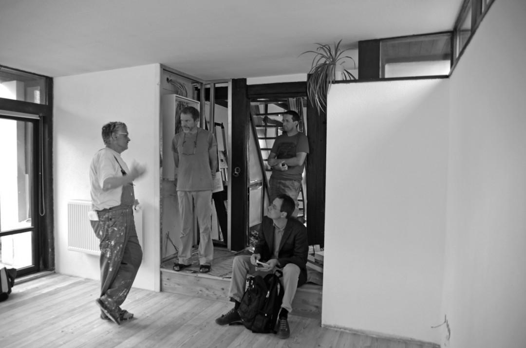 Der Loschwitzer Pfarrer Markus Deckert (links) und Ekkehard Irmler vom Ortsverein Loschwitz-Wachwitz verteilten Ende August Spenden in Loschwitz und bekamen die Hochwasser-Geschichten und Probleme hautnah geschildert.  Foto: Jürgen Frohse
