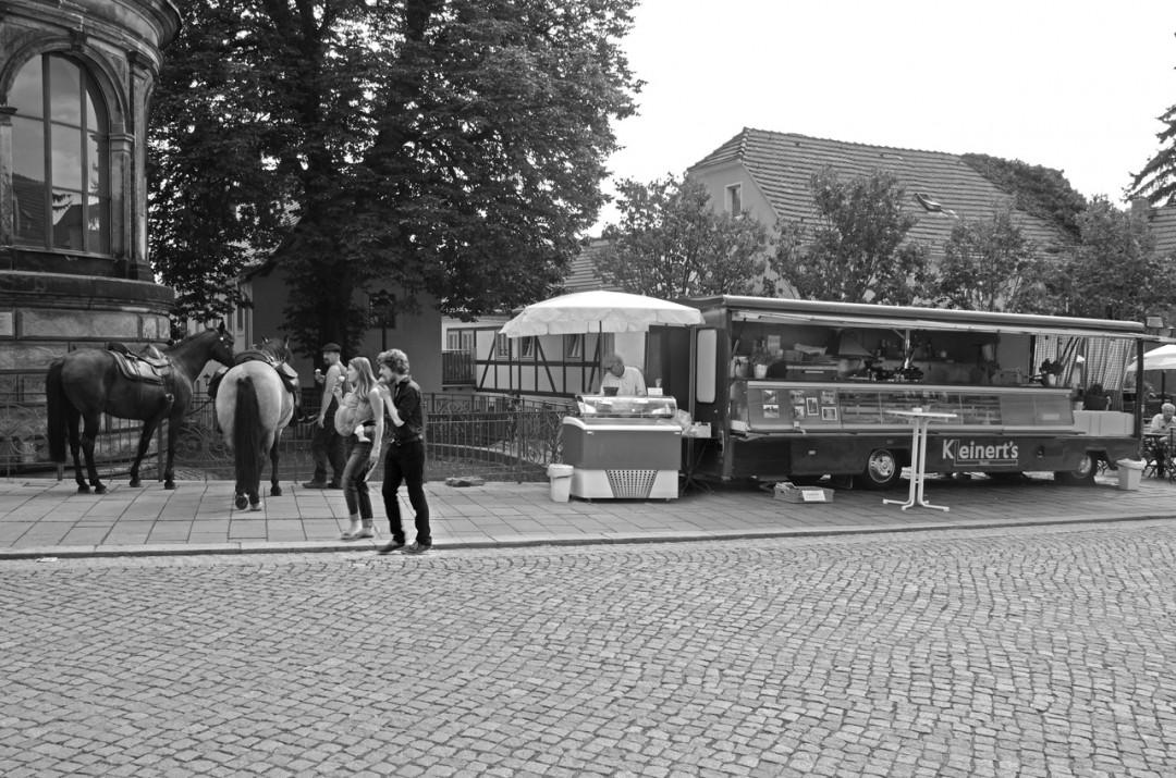 """Für die """"untergegangenen"""" """"Kleinert's Spezialitäten"""" an der Friedrich-Wieck-Straße ging das Geschäft mit einem Wagen auf dem Loschwitzer Dorfplatz weiter – manchmal auch ein Rastplatz für Pferde.  Foto: Jürgen Frohse"""