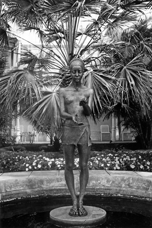 """Skulptur """"Stilles Wasser"""", 2011, Bronze von Malgorzata Chodakowska im Palmenhaus. Foto: Dieter Fischer"""
