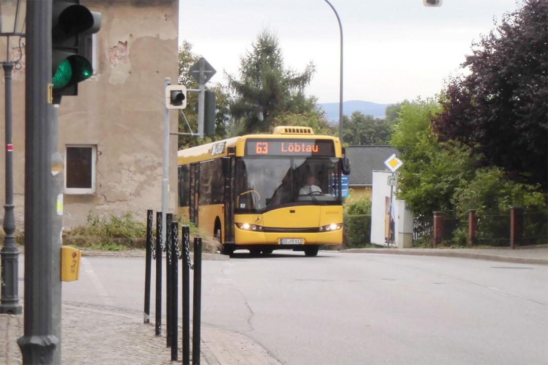 Na endlich, der Bus schießt um die Ecke… Foto: Stefan Claus