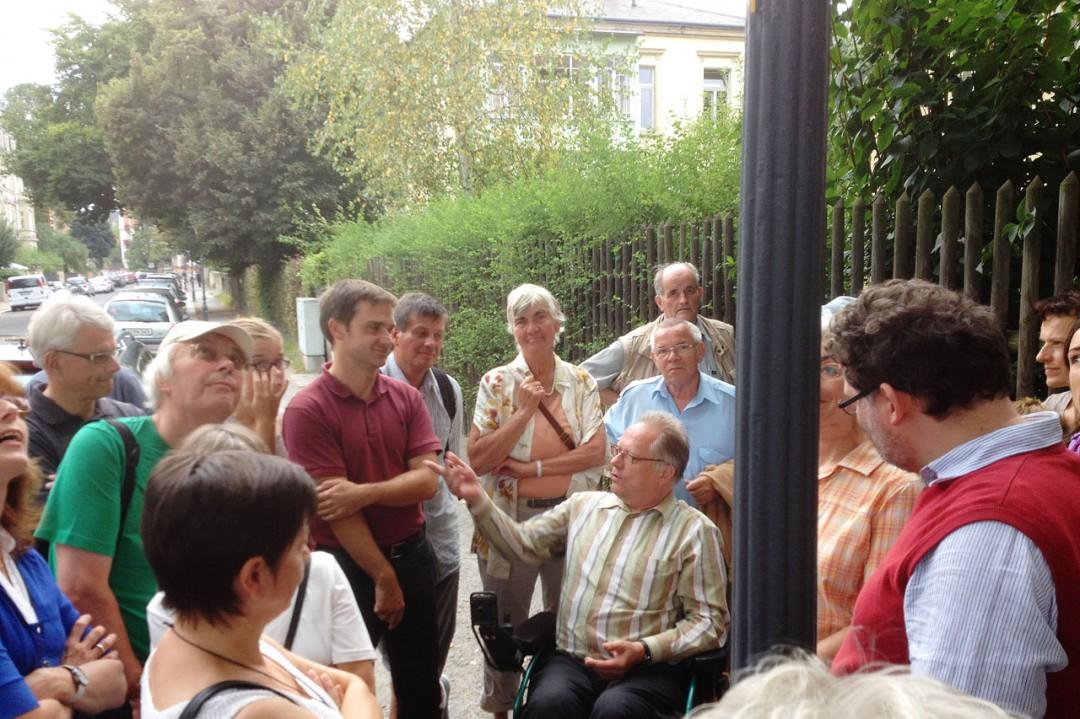 Herr Böhme von der Stadtbeleuchtung erklärt am Denkmaltag den Interessenten die Technik der Kandelaber. Foto: Rainer Scholz