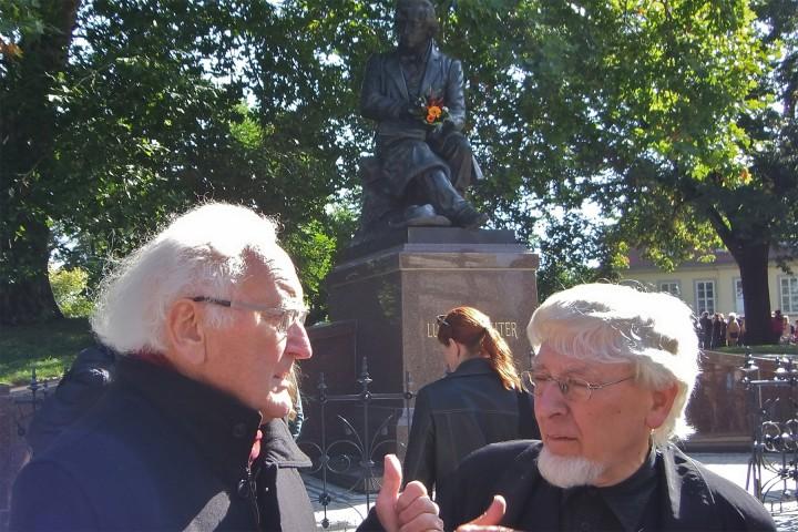 Prof. Hans-Joachim Neidhardt und Dietrich Buschbeck vor dem neuen Ludwig-Richter Denkmal  nach dessen Aufstellung auf der Brühlschen Terrasse. Foto: Ernst Hirsch