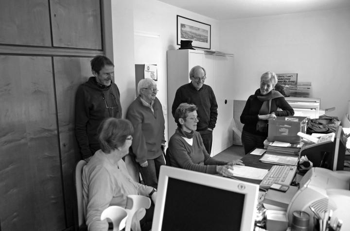 Brigitte Morgenstern erklärt im Archiv des Ortsvereins die Datenbank. Foto: Jürgen Frohse