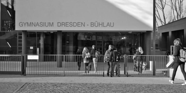 Das Bühlauer Gymnasium – noch hat es keinen einprägsamen Namen – zieht auch viele junge Familien nach Bühlau. Foto: Katharina Genz