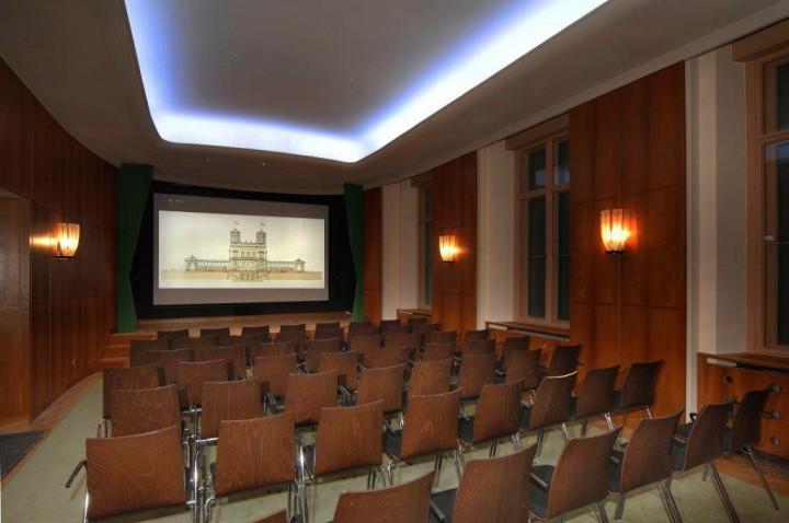 Am 3. März wurde im Clubkino des Lingnerschlosses der erste Film gezeigt. Ehrenamtlich geleitet wird es von der freien Mitarbeiterin des mdr, Monika Weber, die seit 1980 mit ihrem Mann, dem Schauspieler Hanns-Jörn-Weber, auf der Malerstraße wohnt. Foto: Rolf Grosser
