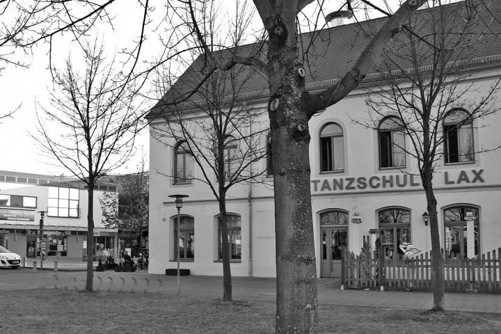 Die Tanzschule Lax im ehemaligen Kurhaus am Ullersdorfer Platz, in unmittelbarer Nähe zu vielen Bühlauer Geschäften. Foto: Katharina Genz