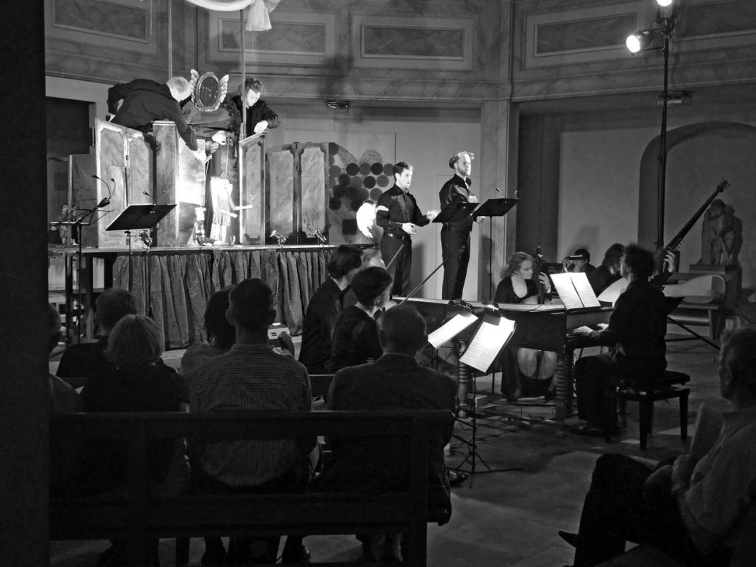 """Die Oper """"La Calisto"""" –  eine Eröffnung des 24. Elbhangfestes nach Maß. Bei der Aufführung dieser Barockoper von Francesco Cavalli stimmte einfach alles: Ein hervorragendes Zusammenspiel von Puppenspielern, Sängern und Musikern, weil einfallsreich, witzig und überraschend. Und alle drei Gruppen für sich genommen waren hervorragende Künstler. Buchty a Loutky, die Prager Puppenspieltruppe, setzte die wirre Handlung genial mit Marionetten um und band die Sänger gekonnt in ihr Spiel ein. Aber auch die Sänger waren genial und zeigten ein überraschendes Stimmvolumen, das im Einzelfall vom Bassbariton bis zum Countertenor reichte. Hinzu kam unter Leitung von Sebastian Knebel das Collegium Marianum, Prag, das ebenfalls seine historischen Instrumente auf das feinste beherrschte. So konnte man eine Barockoper ohne Staub und starre Gestik ganz erfrischend heutig erleben und das Loschwitzer Kirchengemäuer nahm noch weitere ungewohnte Klänge auf, nämlich tosenden Beifall und Bravo-Rufe! Foto und Text: Sonja Bernstengel"""