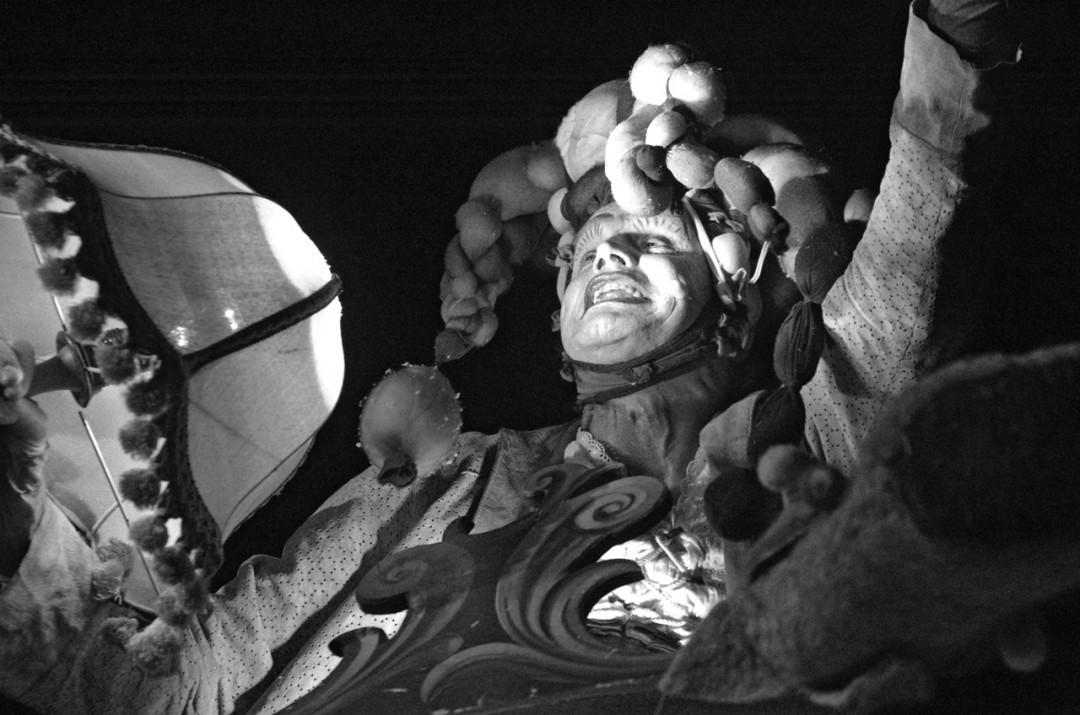Der schnarchende Narr ließ die Besucher zunächst warten, bis er geweckt wurde und zu einem zauberhaften Spektakel einlud. Foto: Jürgen Frohse