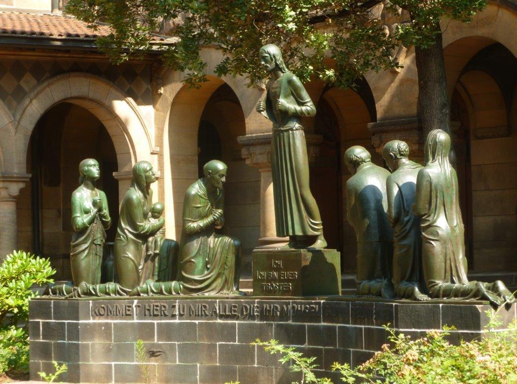 """Striesen: """"Ehrenhof"""" an der Versöhnungskirche"""