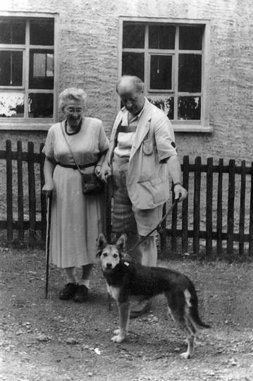 Reinhold und Elsbeth Wildenhayn mit Blindenhund Wolf, um 1959. Foto: Archiv Griesbach