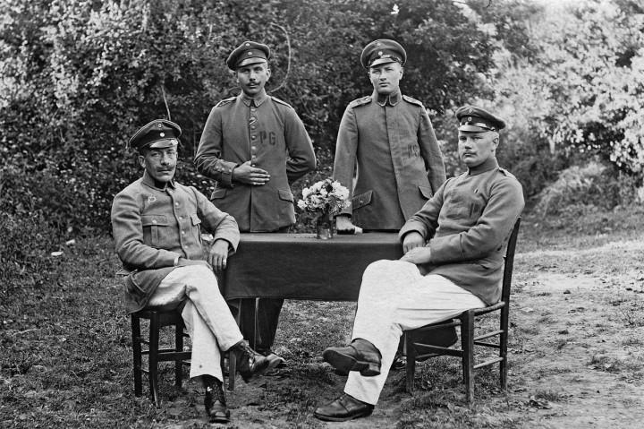 Eine Idylle(?): Im Lager Crissé bei Le Mans im Juni 1918, zwei Monate vor Kriegsende (Reinhold Wildenhayn o.r.). Foto: Archiv Griesbach