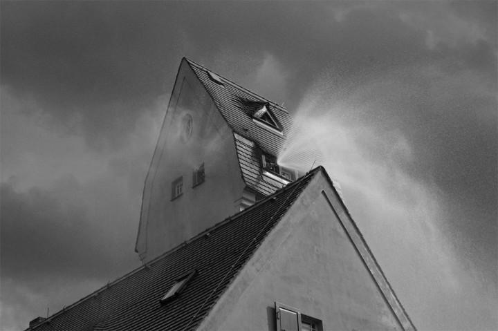 Die Freiwillige Feuerwehr Bühlau hüllte das Haus in Nebel. Foto: Jürgen Frohse