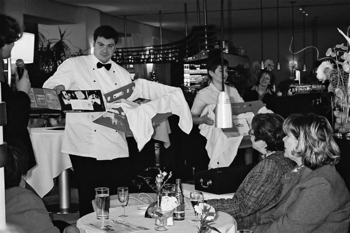 """Zur Präsentation der Broschüre """"Luisenhof – Auf dem Balkon von Dresden"""" (Elbhang-Kurier-Verlag, Redaktion Jürgen Frohse) konnte Armin Schumann 2005 auch Raritäten zeigen. Foto: Jürgen Frohse"""