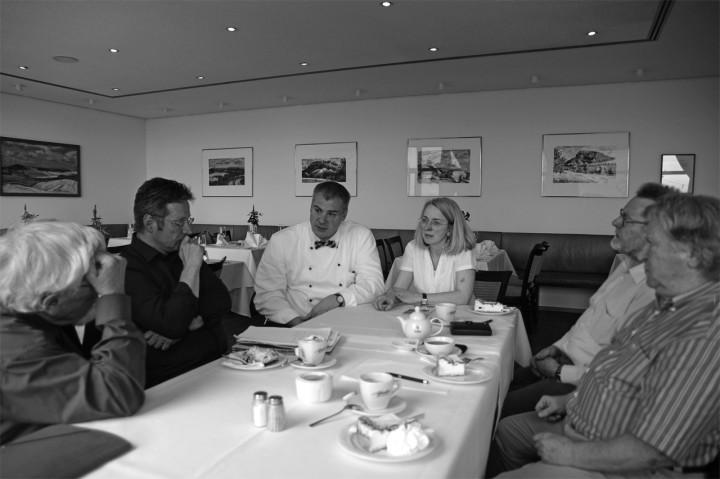 Die Redaktion im Gespräch mit dem noch amtierenden Wirts-Ehepaar. Foto: Jürgen Frohse