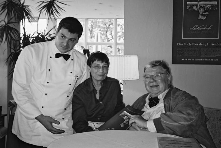 """Armin Schumann mit Eva Stückrad, geb. Voigt, Tochter des ehemaligen Besitzers des """"Luisenhofes"""" Hansotto Voigt, und ihrem Mann, 2005. Beide sind mittlerweile verstorben. Foto:Jürgen Frohse"""
