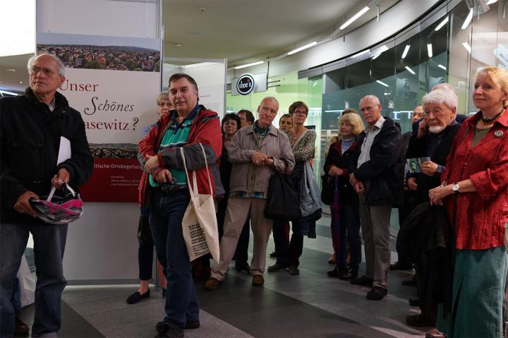 """Ausstellungseröffnung """"Unser Schönes Blasewitz?"""", u.a. mit Kurt-Dieter Prskawetz (links, Blasewitz-Kenner) und Bernd Beyer (Mitte, Blasewitz-Chronist und -sammler). Foto: Martje Kukula"""