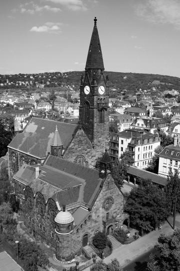 Die dem Jugendstil verpflichtete Striesener Versöhnungskirche (Weihe 1909) – vom Ernemannturm mit Blick auf den Elbhang fotografiert. Foto: Stefan Behr