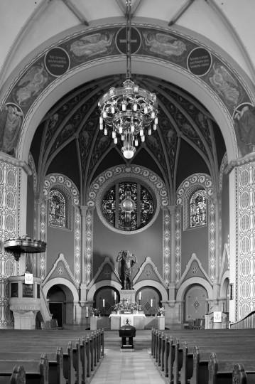 Die Versöhnungskirche vom Eingangsportal aus betrachtet – auch ausstellende Künstler wurden und werden inspiriert. Foto: Stefan Behr