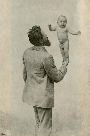 Lahmann demonstriert 1893 die Kraft und Geschicklichkeit seines vier Monate alten Sohnes Hans Heinrich, der mit der von ihm entwickelten »vegetabilen Milch« ernährt wurde.  Sammlung Marina Lienert