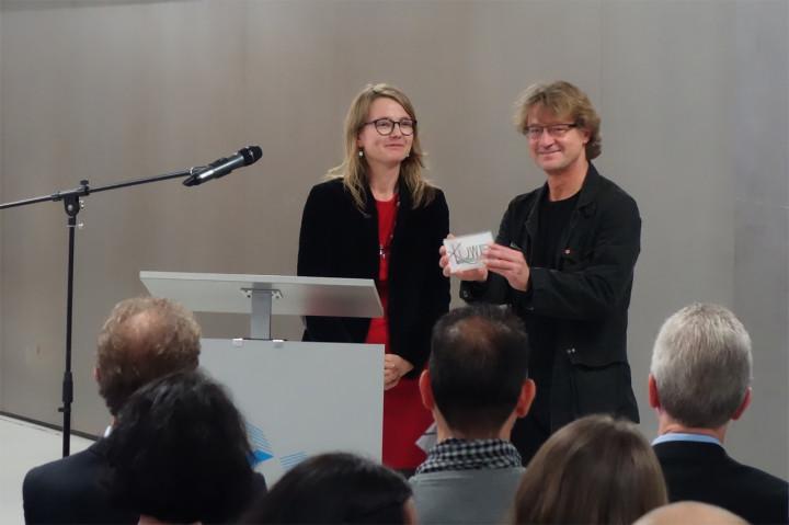 Kulturbürgermeisterin Annekatrin Klepsch übergab den Preis an Detlef Schweiger. Foto: Detlef Schweiger