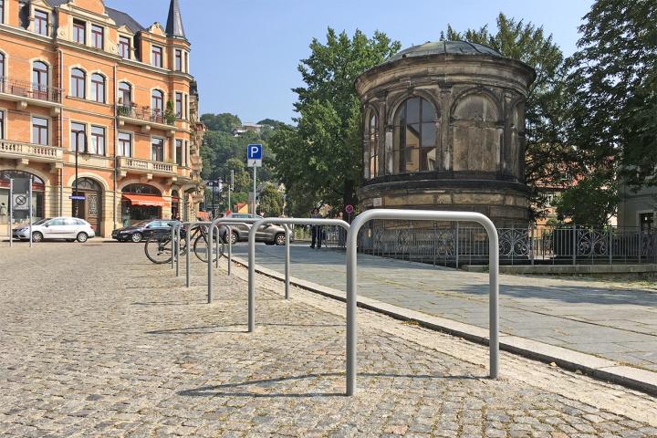 Die Fahrradbügel auf dem Dorfplatz Loschwitz Foto: Holger Friebel