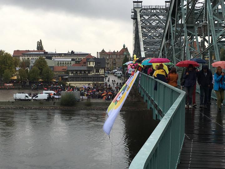 """Demonstration für Weltoffenheit gegen die auf der Blasewitzer Seite stattfindende Veranstaltung der """"Festung Europa"""" Foto: Holger Friebel"""