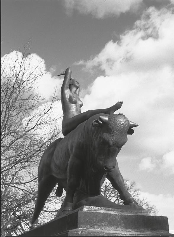 1922 vollendete Georg Wrba (1872 – 1939) am Blasewitzer Königsheimplatz diese Bronzeplastik, die 1995 nach den Kriegszerstörungen erneuert wurde. Foto: Jürgen Frohse